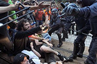 Fotos de manifestants davant del Parlament 27/05/2011 (http://palencia15m.blogspot.com.es/2011/10/imputacion-de-22-activistas-del-15m-por.html)