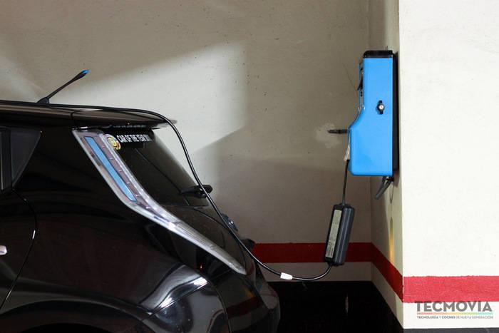 Punt de recàrrega per a vehicles en un aparcament privat. Imatge obtinguda de http://www.tecmovia.com