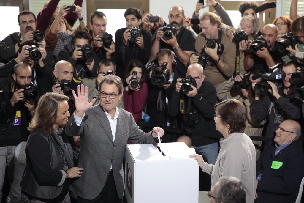 Artur Mas vota en la consulta del 9 de novembre de 2014 / Foto de PERE VIRGILI al DIARI ARA