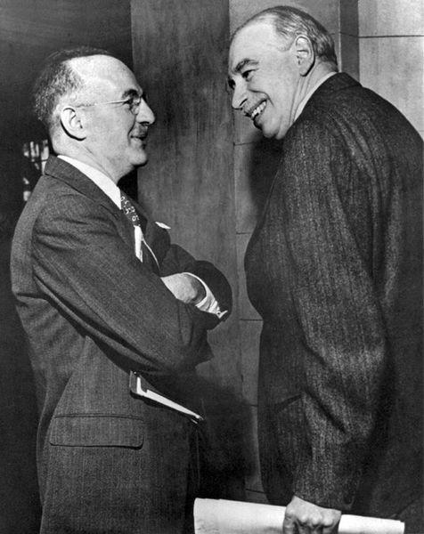 Keynes (dreta) a la primera reunió de la Junta de Governadors de l'FMI